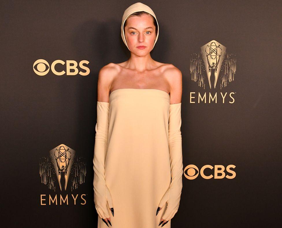 Neon αποχρώσεις, φτερά, εντυπωσιακές σιλουέτες, έκαναν τη βραδιά των Emmys 2021 τόσο ζωντανή.